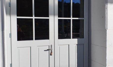 Porte en bois en rénovation à Aubière