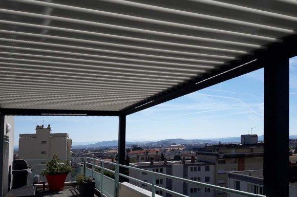 Poseur de pergola en aluminium pour une terrasse sur mesure