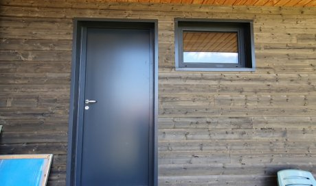 Fourniture et pose d'une porte sur mesure en acier à Saint Genès Champanelle