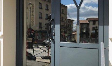 Pose d'une porte de commerce en aluminium anthracite à Volvic