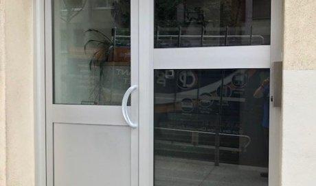 Pose d'une porte de résidence en aluminium avec bandeau ventouse à Clermont-Ferrand
