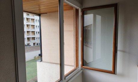 Pose de fenêtre PVC plaxés chêne doré extérieur, blanc intérieur à Clermont-Ferrand