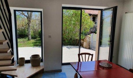 Fourniture et pose de portes-fenêtres sur mesure en aluminium gris anthracite à Saint-Genès-Champanelle