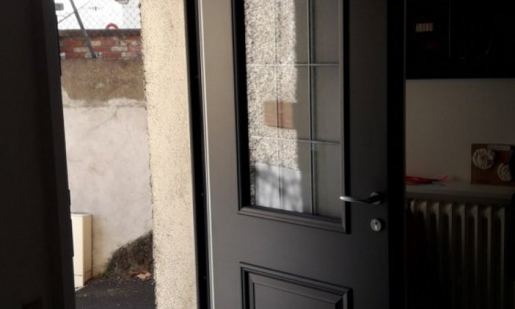 Porte d'entrée en aluminium bicolore sur mesure à Ceyrat