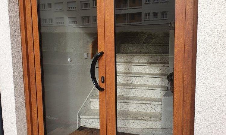 Pose de porte d'immeuble aluminium en chêne doré à Chamalières