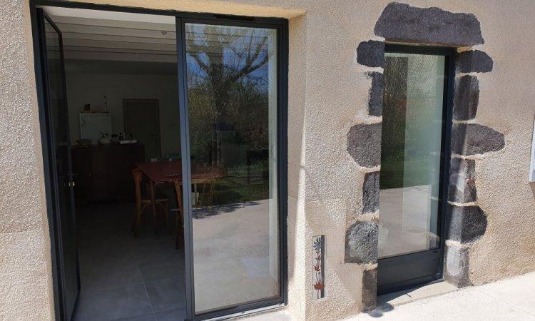 Fourniture et pose de portes-fenêtres en aluminium gris anthracite à Saint-Genès-Champanelle
