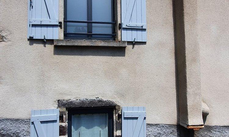 Fourniture et pose de fenêtres oscillo-battantes en aluminium gris anthracite à Saint-Genès-Champanelle