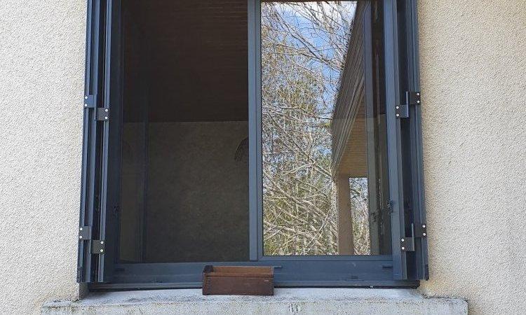 Fourniture et pose de fenêtres en aluminium gris anthracite à Saint-Genès-Champanelle