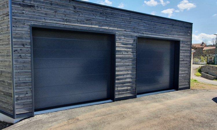 Fourniture et pose de portes de garage motorisées en aluminium gris anthracite à Saint-Genès-Champanelle