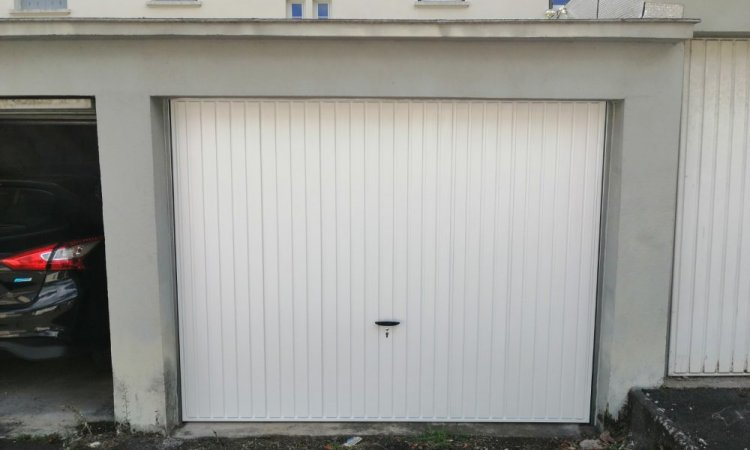 Porte de garage basculante blanche sur mesure à Clermont-Ferrand
