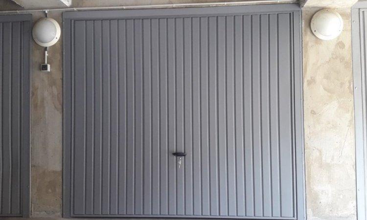 Porte de garage basculante grise sur mesure à Chamalières