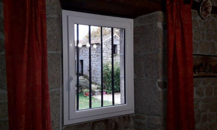 Fenêtre PVC plaxé extérieur blanc intérieur à Clermont Ferrand