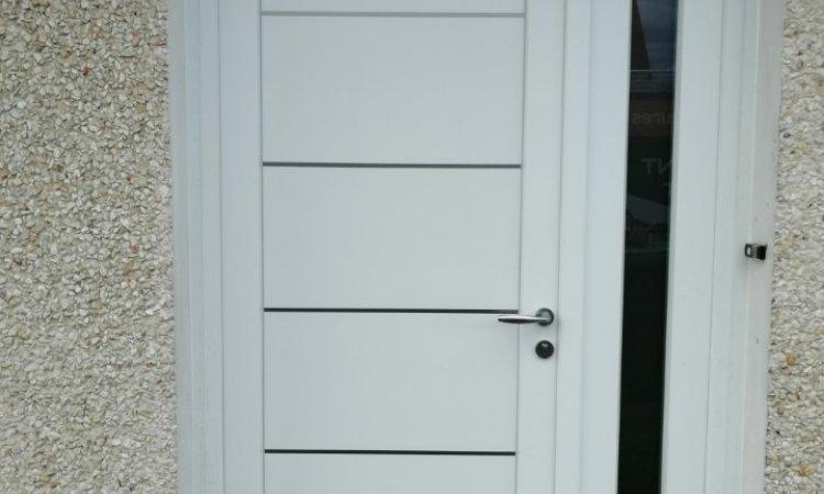 Porte en PVC blanc avec inserts miroirs à Clermont-Ferrand