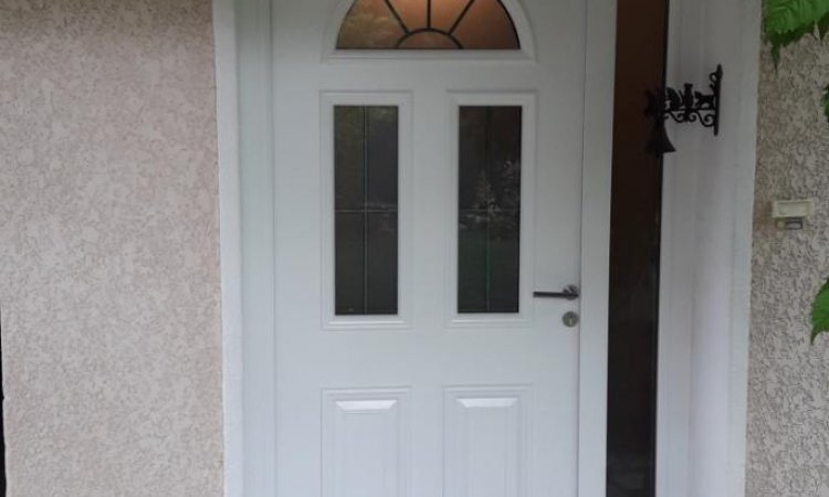 Porte d'entrée en bois avec fixe latéral