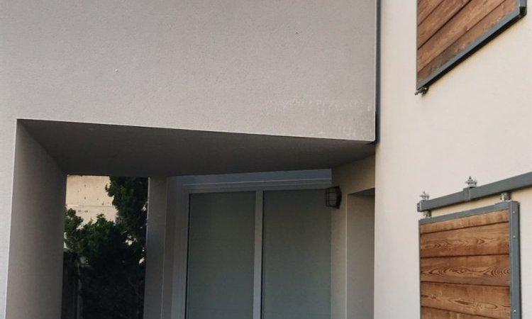 Menuiseries sur mesure en aluminium blanc avec verre anti-effraction posées à proximité Clermont-Ferrand
