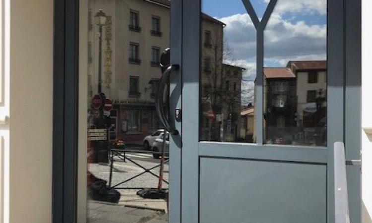 Fourniture et pose d'une porte en aluminium anthracite pour un commerce à Volvic