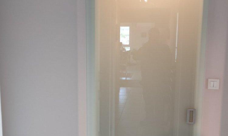 Pose de porte en verre coulissante